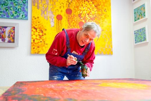 Ein bunter Zeitgenosse im positiven Sinn: Karl Anton in seiner Stritz Galerie