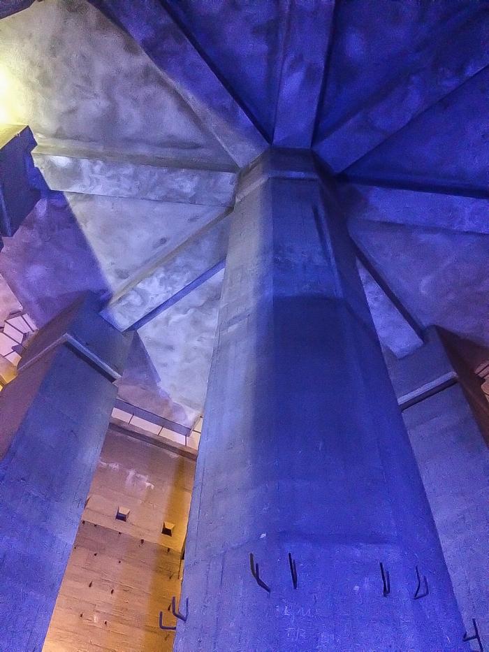 Die imposanten Säulen, die das Denkmal tragen.