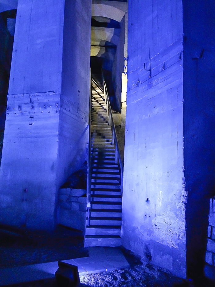 Mystische Aufgänge und stimmungsvolles Leuchten tauchen die Katakomben in eine besondere Atmosphäre.
